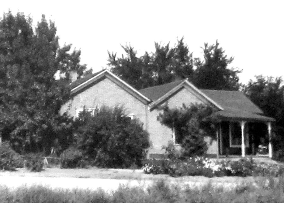 The Lewis House in 1948 showing the side-by-side configuration, with the Simpson scale house on the left.