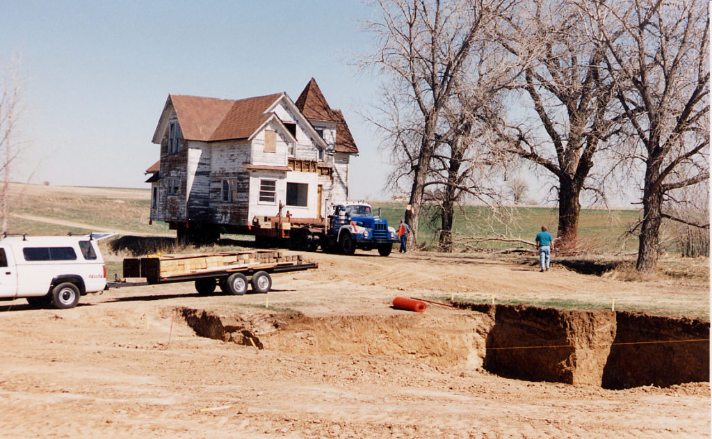 The Thomas House arrives at 513 E. Elm Street in 1995 after a 5-mile journey.